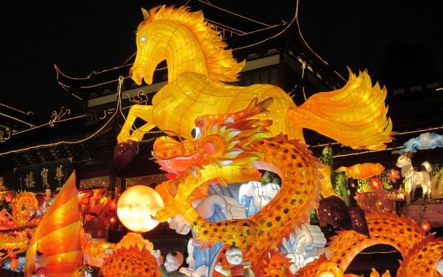 Ústřední kousek výzdoby Yu Yuan - obří vzepjatý kůň
