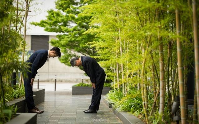 Úklon je v Japonsku považovaný za jeden zo základov etikety