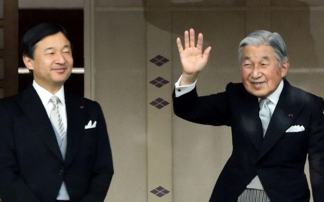 Korunný princ Naruhito a jeho otec, súčasný cisár Akihito