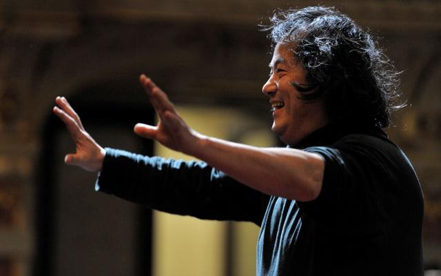 Dirigent Muhai Tang při koncertu