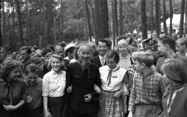 Hồ Chí Minh se členy východoněmeckých mladých průkopníků poblíž Berlína