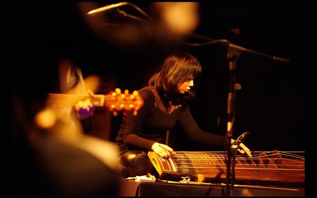 Sim Eun-yong hrající na geomungo