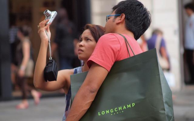 Čínští turisté s nakoupeným zbožím