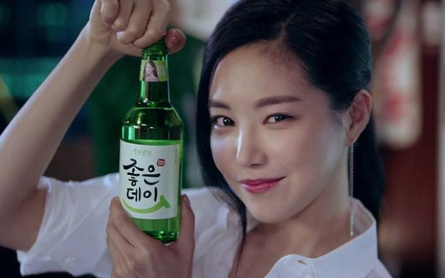 Na Eun z A Pink v reklamě na soju