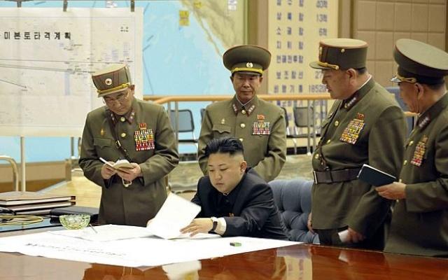 Severokorejský diktátor Kim Čong-un s armádními špičkami na jednání