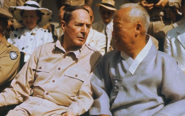 Douglas MacArthur a  I Sung Man