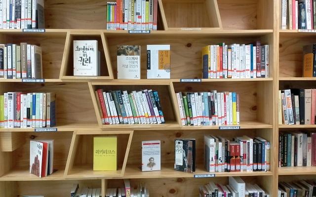 I hřbety korejských knih upoutají vaši pozornost