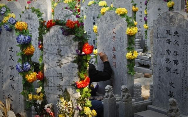 Péče o náhrobky během svátku Qingming