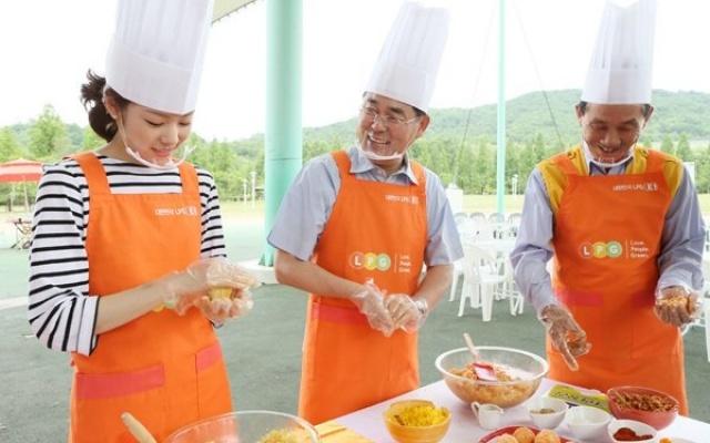 Kim Yuna při výrobě jídla