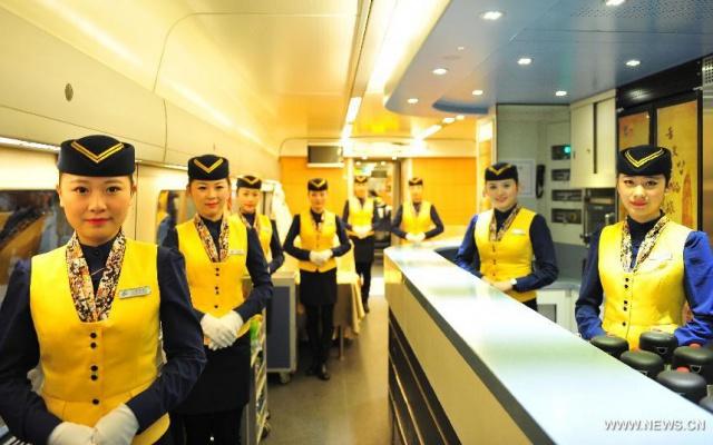 Stewardky vítající cestující vlaku D2386 v Shenzhenu