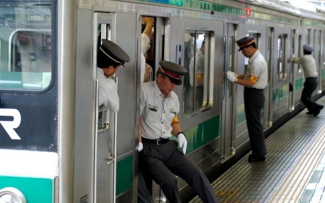 Špička v Tokijském metru - všude plno lidí