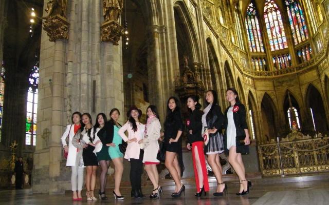 Finalistky Miss Vietnam v chrámu sv. Víta