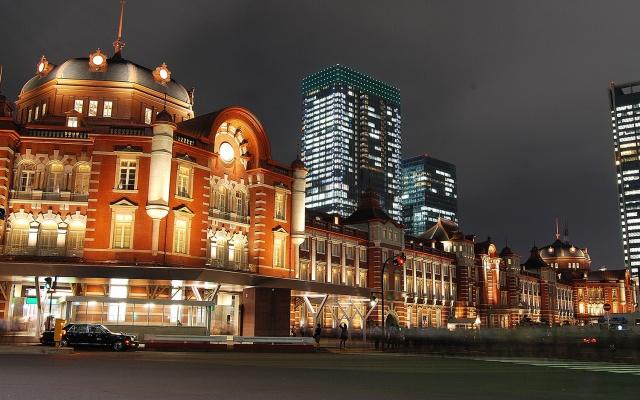 Budova tokijského nádraží s relativně novými mrakodrapy v pozadí