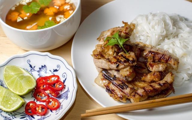 Bun cha společně s rýžovýma nudlema
