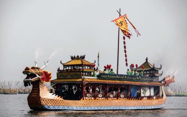 Jedna z vyzdobených lodí na jezeře Xique