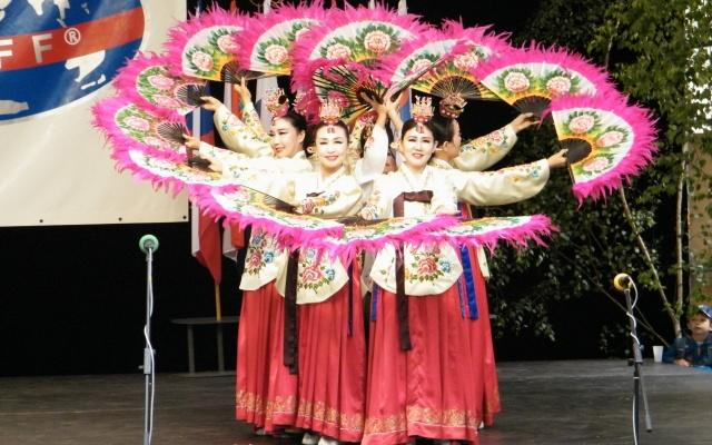 Soubor předvedl i tradiční tanec s vějíři.