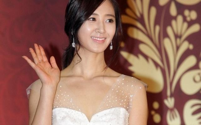 Yuri a její bílé šaty pro tuto akci.