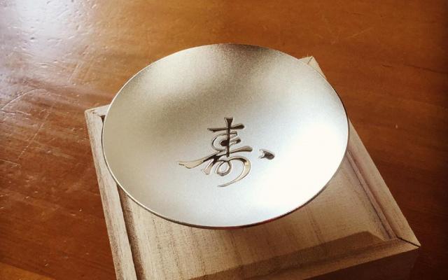 stříbrný šálek na sake