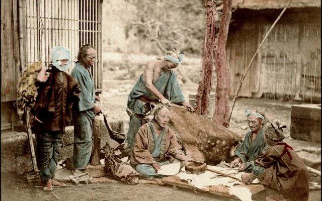 Naaranžovaná fotografie z roku 1873 zobrazující koželuhy