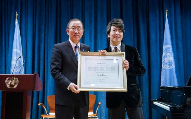 Klavírista Lang Lang společně s generálním tajemníkem Ban Ki Moonem