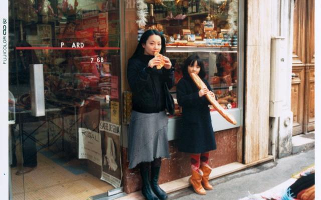 Chino Otsuka pózuje vedle svého mladšího já v Paříži