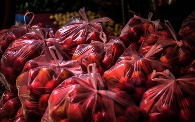 jablká v igelitových taškách