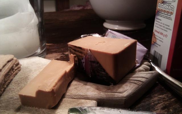 Norský hnědý sýr brunost