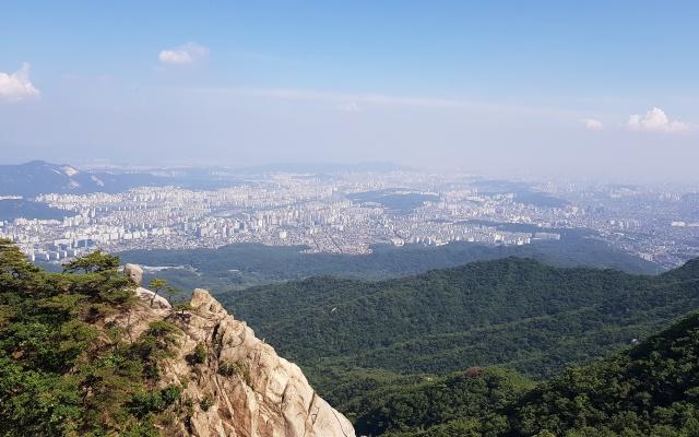 Výhled na severní část Soulu z národního parku Bukhansan