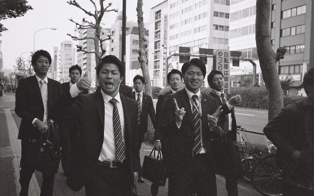 Japonští zaměstnanci, kteří míří k nejbližšímu baru na nomikai