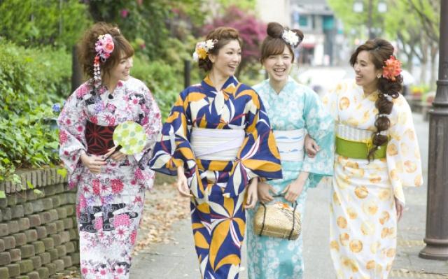 Japonky oblečené v tradičnej yukate