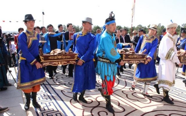 Poutníci nabízejí oběti během svátku Tsagaansurek