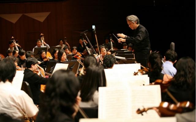 Kim Daejin dirigující Suwonský filharmonický orchestr
