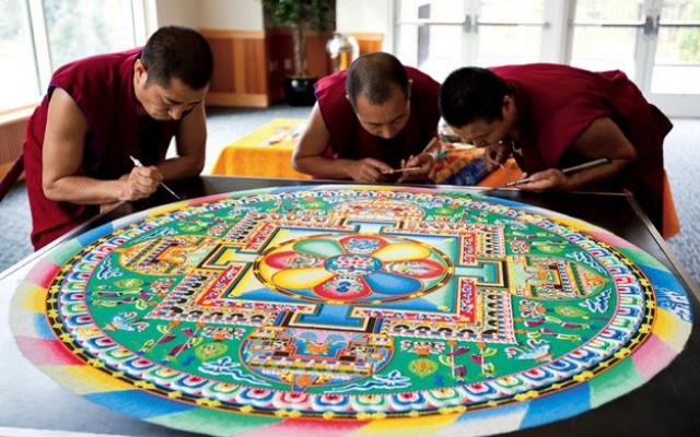 mniši při práci