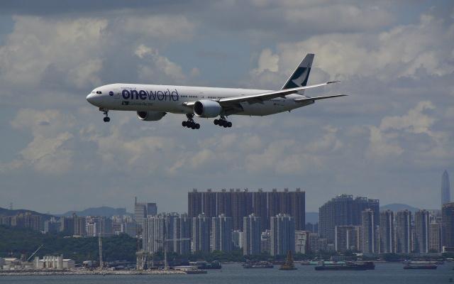 letadlo opouštějící Hong Kong