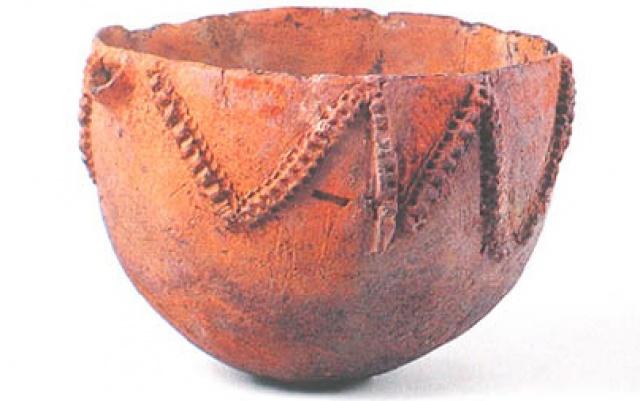 Miska s typickým neolitickým vzorem vystavovaná v 16 Dong-A University Museum
