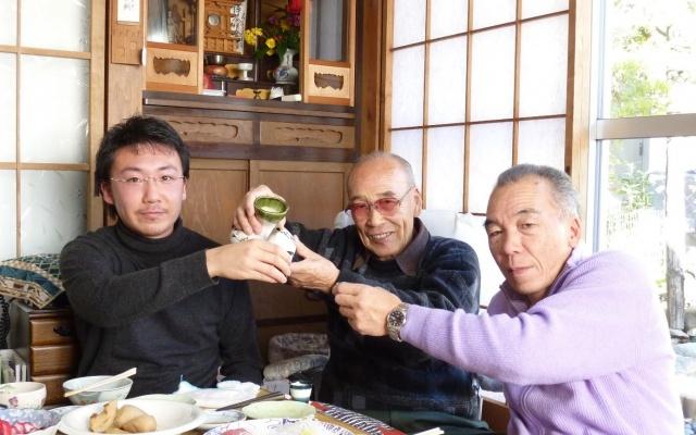 Tatsuya s dědou a otcem zapíjejí Nový rok