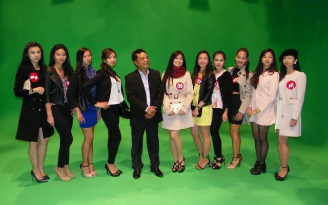 Finalistky Miss Vietnam s ředitelem soutěže
