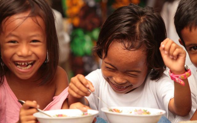 Filipínské děti rády mlsají