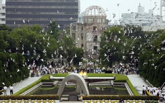 Pamätník Mieru v Hiroshime spoločne s budovou architekta Letzla
