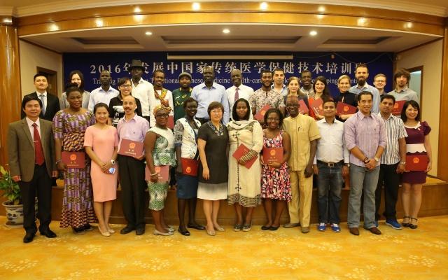 Studenti kurzu tradiční čínské medicíny