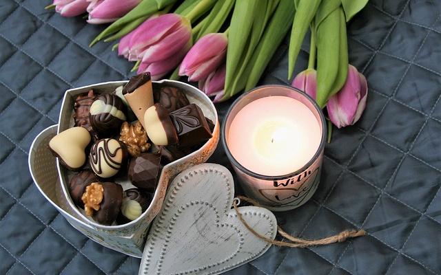 K svátkům patří čokoláda, květiny a dárky