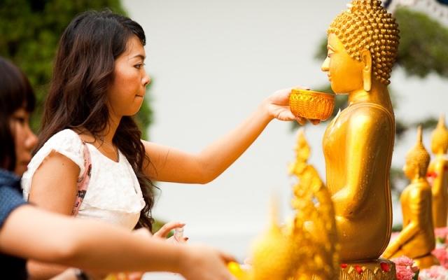 Umývání Buddhy voňavou vodou