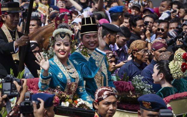 Tisícové davy zdravící novomanžele jedoucí v královském kočáru