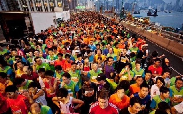 Běžci v hongkongských ulicích
