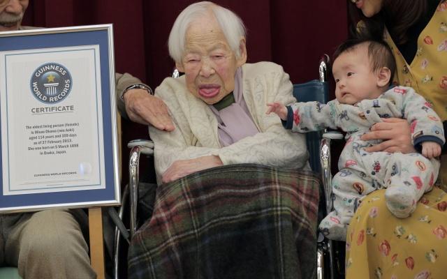 Misao Okawa s pravnukem