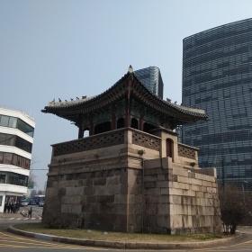 Osamocená brána městské zdi, okolo které byla zeď zbořena kvůli silniční dopravě.