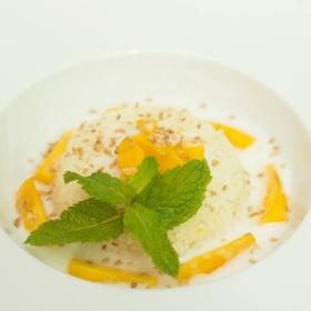 Sladká lepkavá rýže s čerstvým mangem Nam Doc Mai a kokosovou polevou